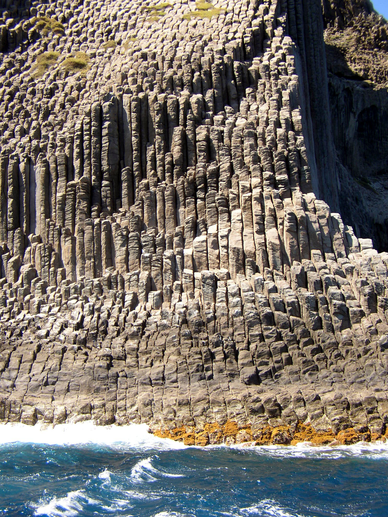 Derrumbe en un acantilado en La Gomera: se buscan posibles víctimas bajo las rocas